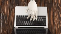 Image: robot hand from above on the keyboard; Copyright: panthermedia.net/VitalikRadko