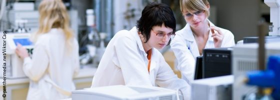 Image: Three young female scientists in a laboratory; Copyright: panthermedia.net/Viktor Cap