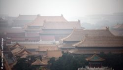 Image: Roofs in the Forbidden City in Beijing, covered in smog; Copyright: panthermedia.net/bizoon