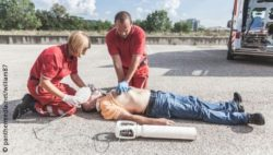 Image: Two paramedics perform CPR on a man at the ground; Copyright: panthermedia.net/william87