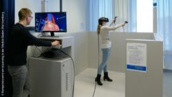 Image: young woman with VR-glasses in the VR-Lab, in front of it a young man at a computer, on which a virtual heart can be seen; Copyright: Kompetenzzentrum eLearning in der Medizin Baden-Württemberg