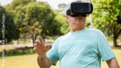 Image: Elderly man is waering Virtual Reality goggles in a park; Copyright: panthermedia.net/filipefrazao