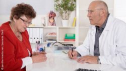 Image: An older woman talks to an older male doctor; Copyright: panthermedia.net/Jeanette Dietl