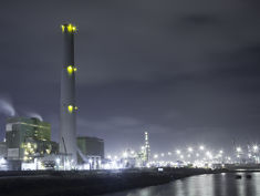 Photo: A powerplant during nighttime