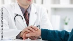 Image: Doctor is holding a patient's hand; Copyright: panthermedia.net/luckybusiness