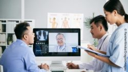 Image: Medical team with doctor connected via telemedicine; Copyright: PantherMedia/DragonImages