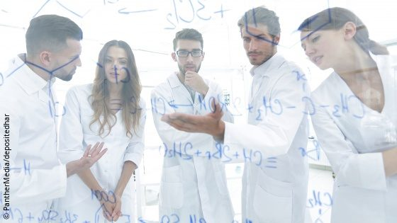 Image: A group of researchers is discussing a chemical structural formula in front of a whiteboard; Copyright: PantherMedia/depositedhar