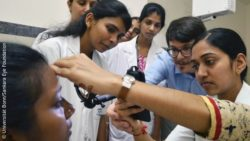 Image: smartphone in ophthalmological use in India; Copyright: Universität Bonn/Sankara Eye Foundation