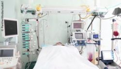 Image: Intensive care bed equipped with high-tech devices; Copyright: PantherMedia/sudok1