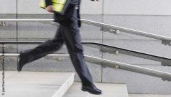 Image: man in suit jumps down steps; Copyright: panthermedia.net/Craig Robinson