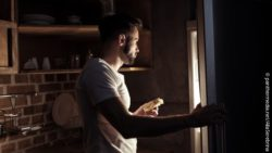 Image: man opening a fridge in the dark; Copyright: panthermedia.net/AllaSerebrina