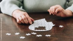 Image: patient with Parkinson`s playing with a puzzle; Copyright: panthermedia.net/AndrewLozovyi
