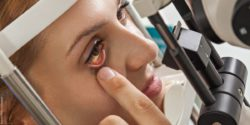 Image: Female patient during an eye examination; Copyright: panthermedia.net/Dangubic