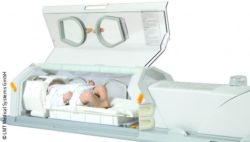 Photo: Opened incubator with a simulator doll of a newborn inside; Copyright: LMT Medical Systems GmbH