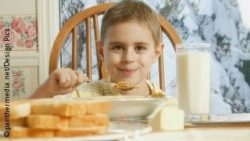 Image: Young boy eating cereals for breakfast; Copyright: panthermedia.net/Design Pics