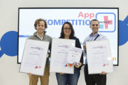 Image: Winner of the MEDICA App COMPETITION with certificate in their hands; Copyright: Messe Düsseldorf