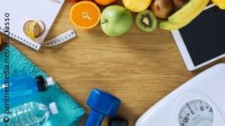 Image: Fruits, a mobile phone, a scale, a dumbbell, water bottles and a measuring tape on a table; Copyright: panthermedia.net/ stockasso