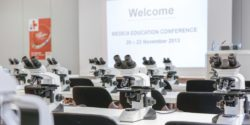 Photo: Lecture room with microscopes; Copyright: Messe Düsseldorf/ctillmann