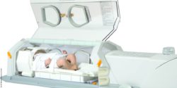 Photo: Open incubator with a simulator doll of a newborn inside; Copyright: LMT Medical Systems GmbH
