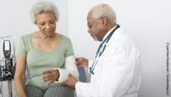 Photo: Physician checking the fractured hand of an elderly woman; Copyright: panthermedia.net/londondeposit