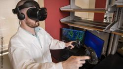 Image: man with VR glasses in front of two monitors with microscopy data; Copyright: Carnegie Mellon University