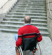 Foto: Man in a wheelchair before stairs