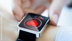Image: Wrist with smartwatch, which measures the pulse rate; Copyright: panthermedia.net / Lev Dolgachov