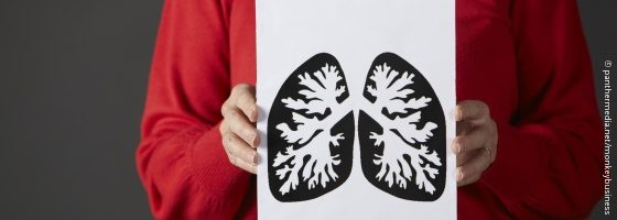 Image: woman holding a sketch of a human lung; Copyright: panthermedia.net/Monkeybusiness