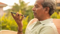 Image: An older man is recording his voice using a smartphone; Copyright: PantherMedia/lakshmiprasad (YAYMicro)