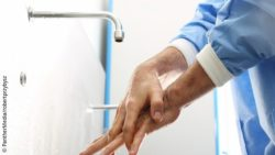 Image: Male physician washing his hands; Copyright: Panthermedia/robertprzybysz