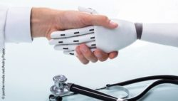 Image: A doctor and a white robot are shaking hands; Copyright: panthermedia.net/Andriy Popov