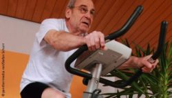 Image: An elderly man is sitting on a home trainer; Copyright: panthermedia.net/Stefan Schurr