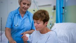 Image: A female hospital patient is receiving drugs from a nurse; Copyright: panthermedia.net/Wavebreakmedia Ltd