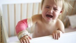 Photo: Crying child with a plastered arm; Copyright: panthermedia.net/monkeybusiness