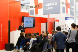 Foto: Speaker and audience at MEDICA LABMED FORUM; © Messe Düssedlorf / ctillman