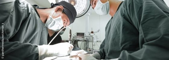 Photo: Two surgeons are operating using a laser scalpel; Copyright: panthermedia.net/nimon_t