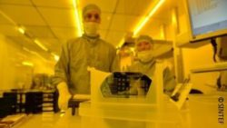 Image: Two researchers in a cleanroom; Copyright: SINTEF
