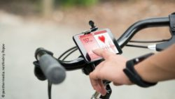 Image: Smartphone displaying a biker's heart rate fixed to the handlebar; Copyright: panthermedia.net/Andriy Popov