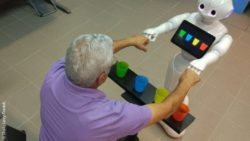 Image: elderly man does an exercise with a robot; Copyright: Shelly Levy-Tzedek