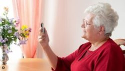 Image: Older woman using a cell phone; Copyright: panthermedia.net/luna123