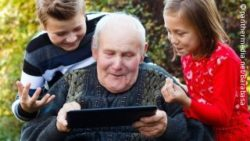 Photo: Old man with two children and a tablet; Copyright: panthermedia.net/Barabasa