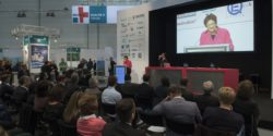 Image: A woman gives a lecture at HEALTH IT FORUM infront of visitors; Copyright: Messe Düsseldorf