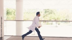Image: A doctor runs through a hospital; Copyright: panthermedia.net/DragonImages