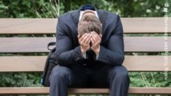 Image: A man sitting on a bench, with his head down; Copyright: panthermedia.net/Andriy Popov