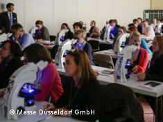 Foto: Traing course participants in front of microskopes