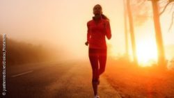 Image: A woman, running outside in the sunrise; Copyright: panthermedia.net/Daxiao_Productions