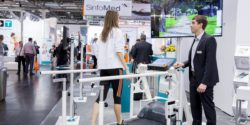 Image: Runner jogging on a treadmill and looking at a large monitor; Copyright: Messe Düsseldorf
