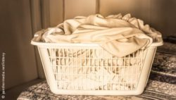 Image: Laundry basket with dirty bedding on a bed; Copyright:  panthermedia.net / littleny