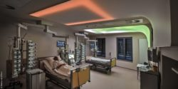 Image: Intensive care unit with VitalSky installation over two beds; Copyright: Markus van Offern