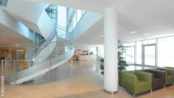 Image: A modernly furnished hospital entrance hall with large windows; Copyright: REGIOMED